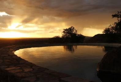 Tansania Grumeti Hills Lodge Pool Sonnenaufgang