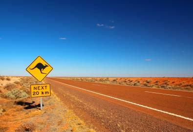AU_NT_Outback-Straße-mit-Schild_iStock-497866156
